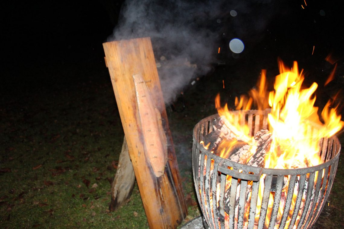 Flammlachs am Feuerkorb im Garten