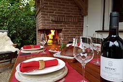 Grillen auf der Terasse im Ferienhaus Naturliebe in Laubach Gonterskirchen bei Schotten im Vogelsberg, Hessen, Deutschland