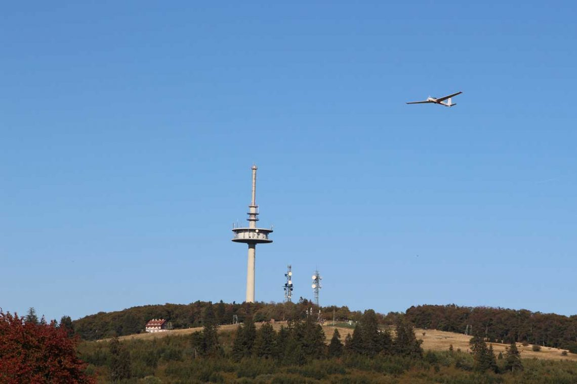Blick auf Hoherodskopf mit Gleitflugzeug