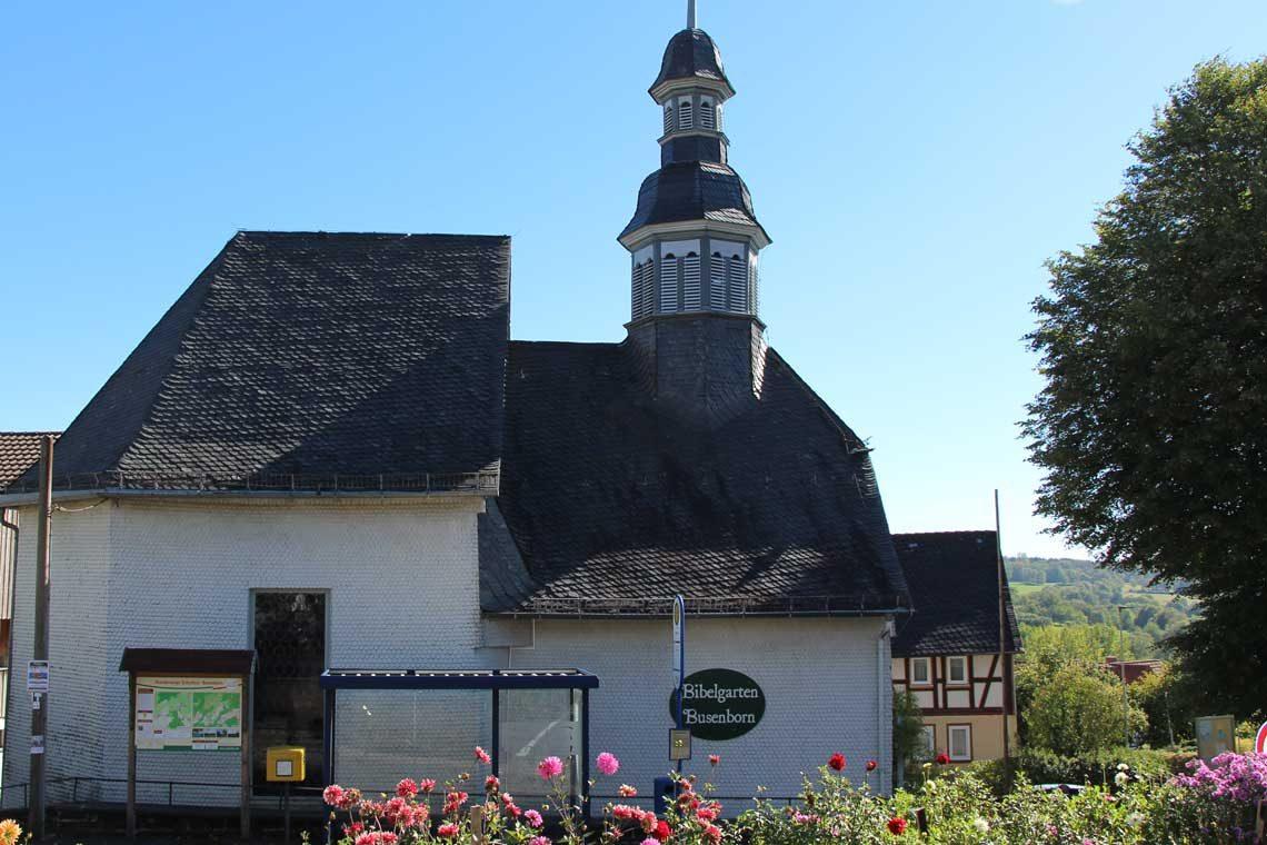 Kirche mit Bibelgarten in Betzenrod auf Gipfeltour Schotten