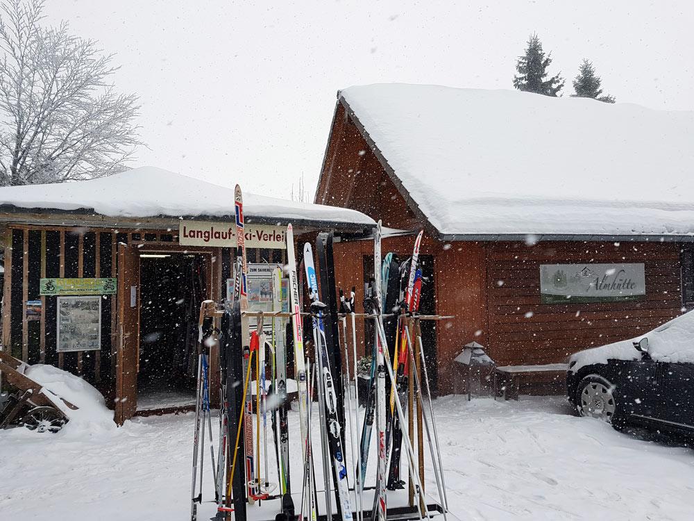 Skiverleih auf Hoherodskopf in Vogelsberg Skigebiet, Ski, Schnee, Skifahren in Vogelsberg, Hessen Deutschland