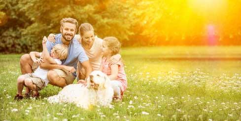 Familie ohne Sorgen im Garten von Ferienhaus Naturliebe