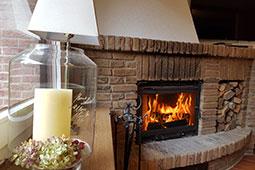 Kamin im Wohnzimmer im Ferienhaus Naturliebe in Laubach Gonterskirchen bei Schotten im Vogelsberg, Hessen, Deutschland